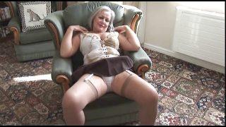 Oma masturbiert vor laufender Kamera
