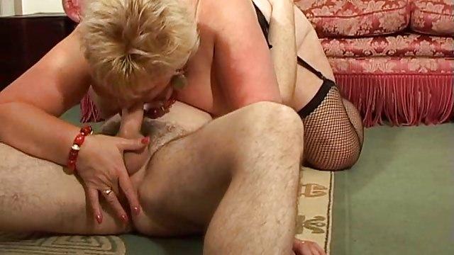 Granny wird von der Sex Maschine gefickt