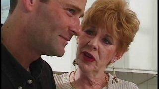 70 jährige alte Oma spielt zum ersten Mal im Porno mit