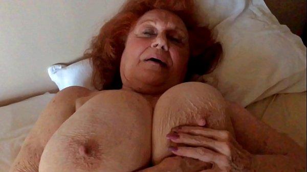 Große Brüste fraumasturbieren so hart mit riesigen Dildos