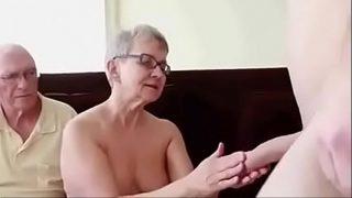 Oma wichst den Schwanz eines Mannes