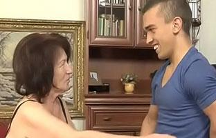 Oma verführt jungen