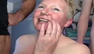 Geile Oma im Gruppensexporno