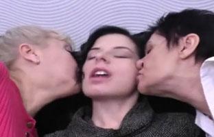 Oma mit jungen Lesben