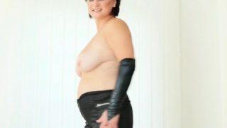 Vollschlanke Oma zeigt sich nackt