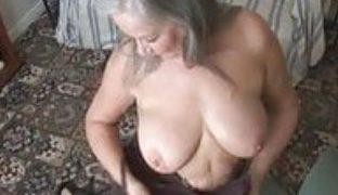 Attraktive Oma zeigt ihre Titten