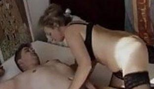 Haarige Oma lutscht jungen Schwanz
