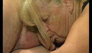 Oma Foursomeporno mit notgeiler alter Frau