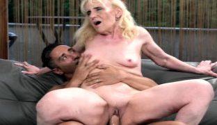 Kleine Titten hat die blonde Oma