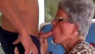 Oma will harten Schwanz lutschen