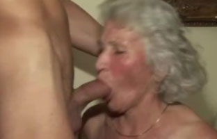 Porno Omi gibt Gas im Amateur Video