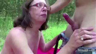 Outdoorfick mit Oma im Wald
