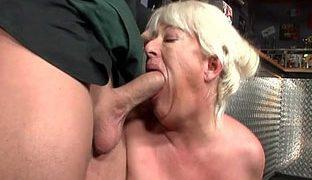 Geile Oma in einem Porno