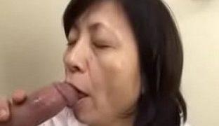 Heisse japanische Oma squirtet
