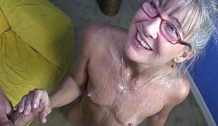 Oma hat ganz kleine Brüste