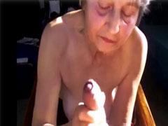 Oma wichst einen harten Schwanz