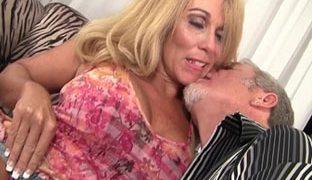 Sexy blonde Oma und Op