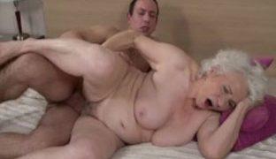 Pornooma mit haariger Fotze